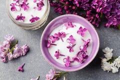 La lila florece el azúcar y el jarabe, aceite esencial con los flores de la flor en la opinión superior del tarro de cristal foto de archivo