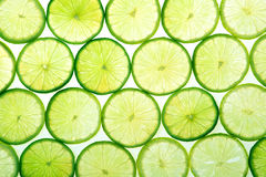 La limette verte découpe le fond en tranches Image stock