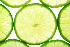 La limette verte découpe le fond en tranches Image libre de droits