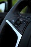 La limitación de la velocidad en volante adentro el coche moderno Imagenes de archivo