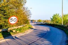 La limitation de vitesse de cinquante M/H se connectent la sortie BRITANNIQUE d'autoroute Photos stock
