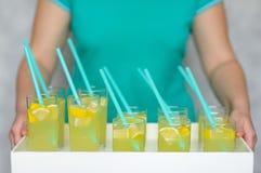La limonade fraîche avec le citron s'est renversée dans des verres Images stock