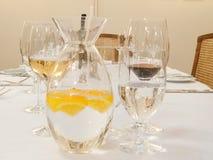 La limonata dagli agrumi ed il vetro mettono sulla tavola Fotografie Stock