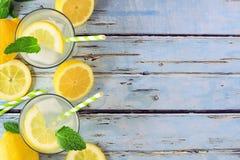 La limonata dell'estate, la vista superiore, lato rasenta il legno blu fotografie stock libere da diritti