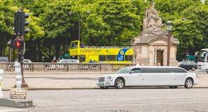 La limousine de location s'est garée chez Place du Trcadéro à Paris, France images libres de droits