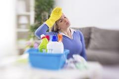 La limpieza, ama de casa tiene concepto del dolor de cabeza Foto de archivo libre de regalías