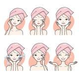 La limpieza de la mujer joven y cuida su sistema de la cara Imagen de archivo libre de regalías