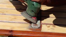 La limpieza de una puerta de madera vieja con hierro emperna metrajes