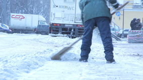 La limpieza manual de la nieve en la ciudad almacen de metraje de vídeo