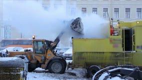 La limpieza mecanizada de la nieve en la ciudad almacen de metraje de vídeo