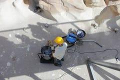 La limpieza y la restauración de la fuente del Trevi Foto de archivo