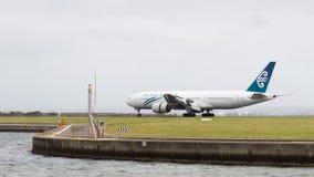 La linea aerea di Boeing 777-219 il ER Nuova Zelanda sta atterrando Fotografia Stock