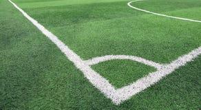 La linea bianca angolo sull'erba del campo di calcio Immagine Stock