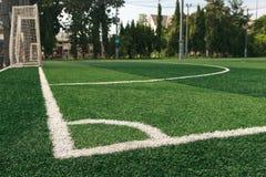 La linea bianca angolo sull'erba del campo di calcio Fotografia Stock