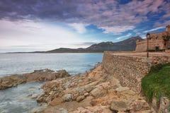 La linea costiera a Algajola, Corsica Immagine Stock