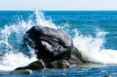 La linea costiera baltica con le grandi rocce e crasing ondeggia Immagini Stock