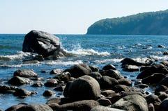 La linea costiera baltica con le grandi rocce ed il frenaggio ondeggia Fotografia Stock