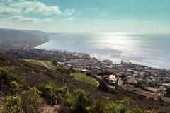 La linea costiera del Laguna Beach da una vista aerea che mostra la conduttura è Fotografia Stock Libera da Diritti