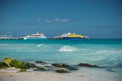 La linea costiera del mar dei Caraibi con la sabbia e le rocce bianche fotografie stock libere da diritti