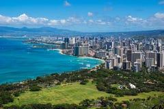 La linea costiera della spiaggia di Waikiki che conduce in Waikiki ed in Honolulu Immagine Stock