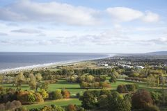 La linea costiera di Abergele, il mare incontra la campagna in autunno che mostra gli alberi, i campi e l'oceano della spiaggia - Fotografie Stock