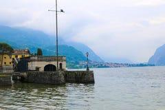 La linea costiera italiana sul lago Como, alloggia vicino all'acqua, Italia Immagini Stock Libere da Diritti