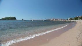 La linea costiera, la costa di mare dell'Adriatico, abbellisca con le viste della località di soggiorno del budva video d archivio