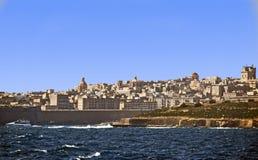 La linea costiera maltese presa dal mar Mediterraneo, fotografie stock libere da diritti
