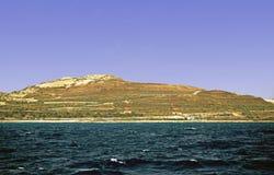 La linea costiera maltese presa dal mar Mediterraneo, immagine stock