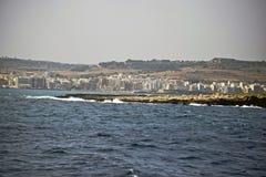 La linea costiera maltese presa dal mar Mediterraneo immagini stock libere da diritti