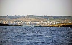 La linea costiera maltese presa dal mar Mediterraneo immagine stock libera da diritti