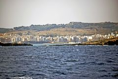 La linea costiera maltese presa dal mar Mediterraneo fotografie stock
