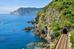 La linea costiera nell'area di Cinque Terre, vicino a Vernazza, con la ferrovia nella priorità alta Immagine Stock