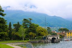 La linea costiera stupefacente italiana sul lago Como, alloggia vicino all'acqua, Italia Immagini Stock