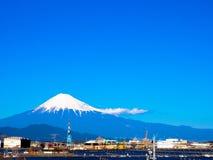 La linea della cresta della montagna di monte Fuji e della città immagini stock