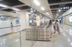 La linea 11 della metropolitana di Shenzhen si è aperta, paesaggio dell'interno della stazione della metropolitana pallida di bih Fotografie Stock Libere da Diritti
