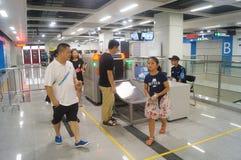 La linea 11 della metropolitana di Shenzhen si è aperta, paesaggio dell'interno della stazione della metropolitana pallida di bih Immagini Stock Libere da Diritti