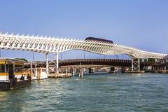 La linea della monorotaia di Venezia collega il centro storico del ` s di Venezia con i terminali di crociera di Marittima fotografia stock