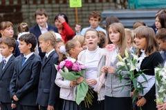 La linea della scuola è in cortile della scuola con gli allievi Immagine Stock Libera da Diritti