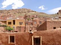 La linea di case luminose di rosso-ocra, paesino di montagna e conservato dai giorni olden, immagine stock