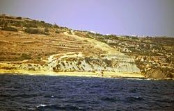 La linea di costa di Malta ha circondato dalla chiara acqua blu del mar Mediterraneo immagine stock