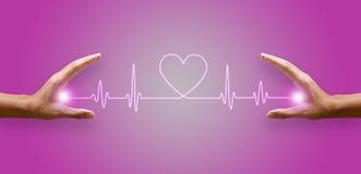 La linea di frequenza cardiaca e la mano emettono luce su immagini stock libere da diritti