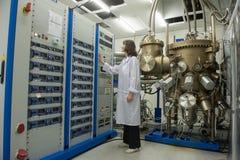 La linea di produzione alta tecnologia per la produzione di elettronica di precisione Fotografia Stock Libera da Diritti