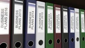 La linea di raccoglitori multicolori dell'ufficio con i business plan etichetta la rappresentazione differente di anni 3D Immagini Stock Libere da Diritti