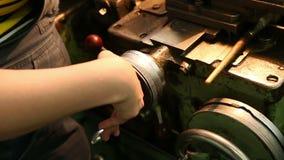 La linea di trasformazione tornio del metallo automatico del negozio dello strumento della perforazione perfora la molatura stock footage