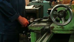 La linea di trasformazione tornio del metallo automatico del negozio dello strumento della perforazione perfora la molatura archivi video