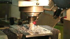 La linea di trasformazione tornio del metallo automatico del negozio dello strumento della perforazione perfora la molatura video d archivio