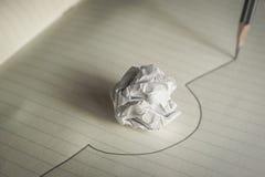 La linea disegnata matita evita una palla di carta sgualcita evita il raggiro di errori Fotografia Stock Libera da Diritti