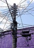 La linea elettrica collegamenti lungo cielo blu confonde fotografia stock libera da diritti
