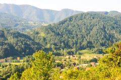 La linea elettrica dalla Serbia nel Montenegro Fotografia Stock
